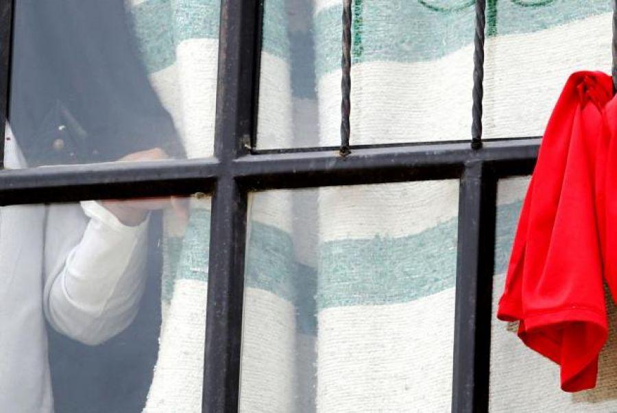 Con una tela roja, habitantes de una ciudad colombiana claman por ayuda durante la cuarentena.